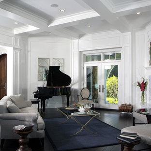 Ispirazione per un grande soggiorno tradizionale aperto con camino ad angolo, pareti bianche, parquet scuro e cornice del camino in pietra