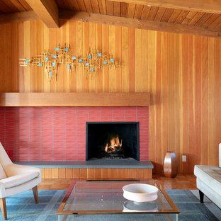 Idee per un soggiorno moderno di medie dimensioni e aperto con pareti multicolore, parquet chiaro, camino classico, cornice del camino piastrellata e nessuna TV