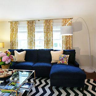 Idées déco pour un salon éclectique de taille moyenne avec un mur blanc, un sol en bois foncé et un sol marron.