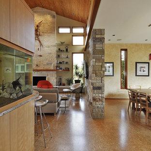 Modernes Wohnzimmer mit Korkboden in Austin