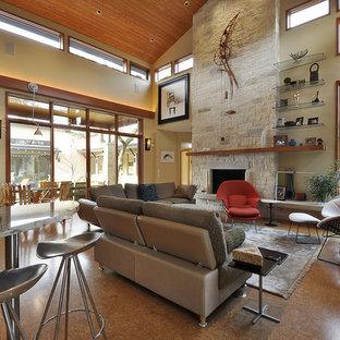 Modernes Wohnzimmer mit Korkboden und Kaminsims aus Stein in Austin
