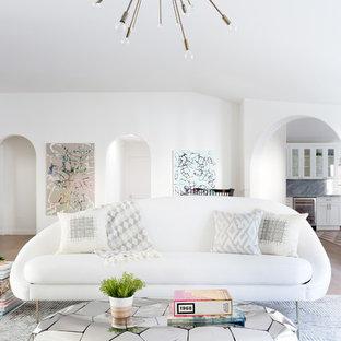 Imagen de salón para visitas abierto, vintage, grande, sin televisor, con paredes blancas, suelo beige, suelo de madera clara, chimenea lineal y marco de chimenea de baldosas y/o azulejos