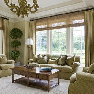 Foto di un soggiorno classico con pareti verdi e moquette