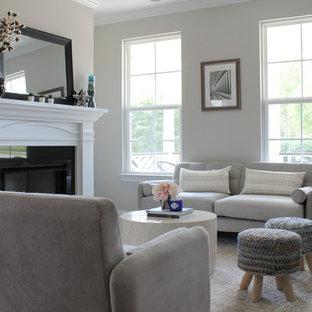 シャーロットの小さいミッドセンチュリースタイルのおしゃれなLDK (フォーマル、グレーの壁、淡色無垢フローリング、標準型暖炉、石材の暖炉まわり、壁掛け型テレビ、茶色い床) の写真