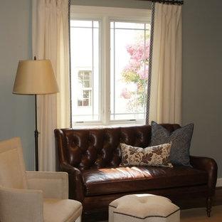 Ispirazione per un soggiorno classico di medie dimensioni e chiuso con pareti blu, parquet chiaro, nessun camino e nessuna TV
