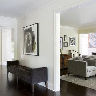 Ispirazione per un soggiorno minimalista di medie dimensioni e chiuso con pareti beige, pavimento in vinile, camino classico e cornice del camino in intonaco