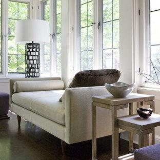 Cette photo montre un salon moderne de taille moyenne et fermé avec un mur beige, un sol en vinyl, une cheminée standard et un manteau de cheminée en plâtre.