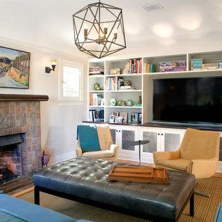 Foto på ett amerikanskt allrum med öppen planlösning, med vita väggar, ljust trägolv, en standard öppen spis, en spiselkrans i trä och en inbyggd mediavägg