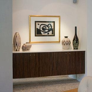 オースティンのミッドセンチュリースタイルのおしゃれなリビング (グレーの壁、竹フローリング、標準型暖炉、漆喰の暖炉まわり、壁掛け型テレビ) の写真
