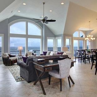 他の地域の広いビーチスタイルのおしゃれなLDK (フォーマル、グレーの壁、セラミックタイルの床、標準型暖炉、タイルの暖炉まわり、壁掛け型テレビ) の写真