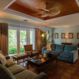Esempio di un soggiorno tropicale di medie dimensioni e aperto con pareti blu e pavimento in terracotta