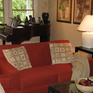 Esempio di un piccolo soggiorno chic aperto con sala della musica, pareti gialle, parquet chiaro, camino bifacciale, cornice del camino in mattoni e TV nascosta