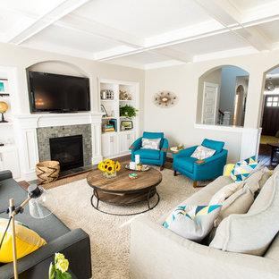 Foto di un grande soggiorno design con pareti beige, camino classico, cornice del camino piastrellata e TV autoportante