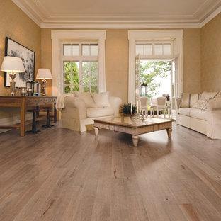 Inredning av ett klassiskt stort allrum med öppen planlösning, med ett finrum, flerfärgade väggar, ljust trägolv och beiget golv
