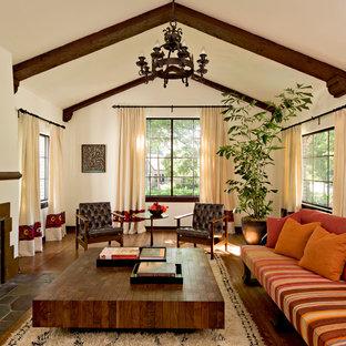 Пример оригинального дизайна: парадная, изолированная гостиная комната в средиземноморском стиле с бежевыми стенами, темным паркетным полом и стандартным камином без ТВ
