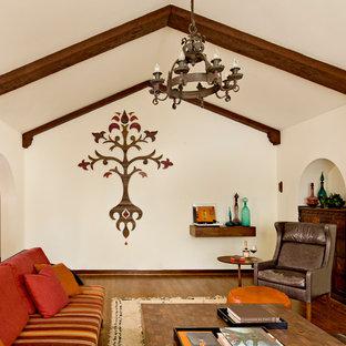 Ejemplo de salón cerrado, mediterráneo, con paredes beige
