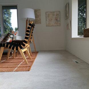 Immagine di un soggiorno contemporaneo di medie dimensioni e chiuso con pareti bianche, pavimento in sughero, cornice del camino in pietra e camino classico