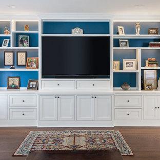 Esempio di un soggiorno tradizionale di medie dimensioni e aperto con pareti grigie, pavimento in legno massello medio, nessun camino, parete attrezzata e pavimento marrone