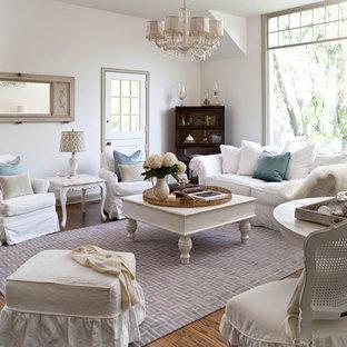 Idées déco pour un salon romantique avec une salle de réception et un mur blanc.