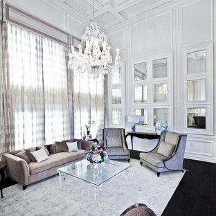 Esempio di un ampio soggiorno classico aperto con sala formale, pareti bianche, parquet scuro, nessuna TV, pavimento marrone, soffitto a cassettoni e boiserie