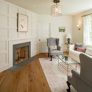 フィラデルフィアの中サイズのトラディショナルスタイルのおしゃれな独立型リビング (フォーマル、白い壁、無垢フローリング、コーナー設置型暖炉、木材の暖炉まわり、テレビなし、茶色い床) の写真