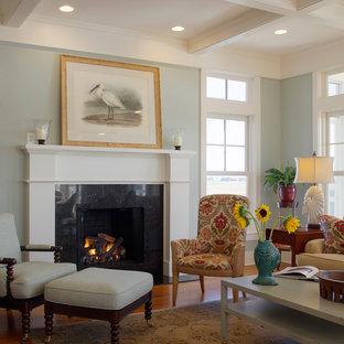 チャールストンの大きいビーチスタイルのおしゃれなLDK (フォーマル、青い壁、無垢フローリング、標準型暖炉、木材の暖炉まわり、テレビなし) の写真