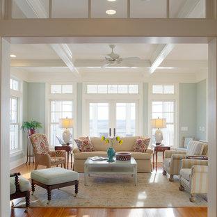 Idee per un grande soggiorno stile marinaro chiuso con sala formale, pavimento in legno massello medio, pareti grigie e nessuna TV