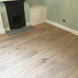 バークシャーの中くらいのコンテンポラリースタイルのおしゃれなリビング (淡色無垢フローリング、白い床) の写真