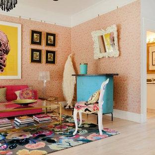 Modelo de salón para visitas cerrado, bohemio, de tamaño medio, sin chimenea y televisor, con paredes rosas, suelo de madera clara y suelo beige