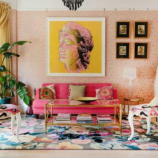 Immagine di un soggiorno eclettico di medie dimensioni con sala formale, pareti rosa, parquet chiaro, nessun camino e nessuna TV