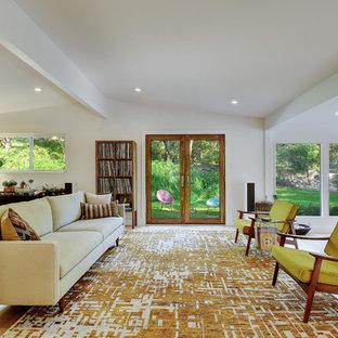Inspiration pour un grand salon vintage ouvert avec un mur blanc, un sol en bois clair, une salle de réception, aucune cheminée et aucun téléviseur.