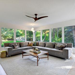 Ispirazione per un grande soggiorno moderno aperto con pareti bianche, parquet chiaro, sala formale, nessun camino e nessuna TV