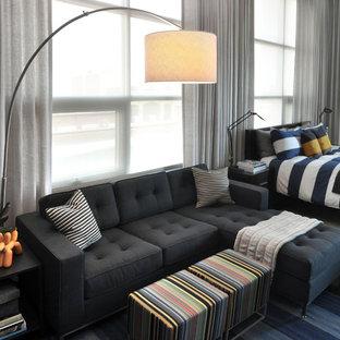Ispirazione per un soggiorno minimalista di medie dimensioni e stile loft con pareti grigie, parquet scuro e TV a parete