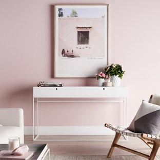 Foto de salón escandinavo con paredes rosas