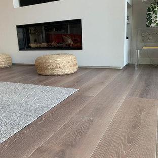 Idéer för att renovera ett vardagsrum, med ljust trägolv och rosa golv