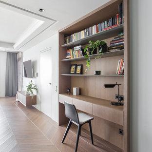 Aménagement d'un salon avec un sol en bois clair et un sol rose.