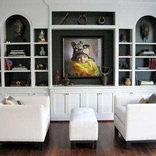 Modernes Wohnzimmer mit schwarzer Wandfarbe und dunklem Holzboden in Portland