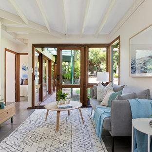シドニーの中サイズのビーチスタイルのおしゃれな独立型リビング (セラミックタイルの床、暖炉なし、グレーの床、フォーマル、ベージュの壁) の写真
