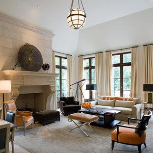Großes, Repräsentatives, Abgetrenntes Klassisches Wohnzimmer mit weißer Wandfarbe, Kamin, Travertin, Kaminumrandung aus Stein und Wand-TV in Atlanta