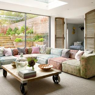 Imagen de salón abierto, contemporáneo, extra grande, sin chimenea, con paredes blancas, moqueta, pared multimedia y suelo beige