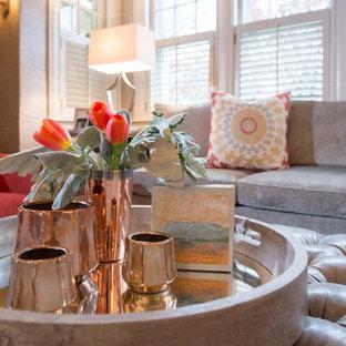 Esempio di un soggiorno tradizionale di medie dimensioni con sala formale, pareti grigie, parquet scuro e pavimento marrone