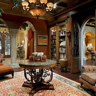 Modelo de biblioteca en casa cerrada, mediterránea, grande, con parades naranjas y suelo de madera oscura