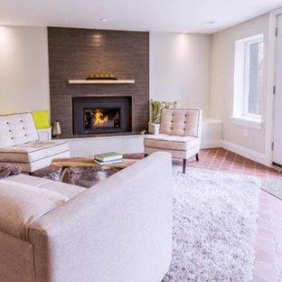 Modelo de salón abierto, actual, de tamaño medio, sin televisor, con paredes beige, suelo de ladrillo, chimenea tradicional y marco de chimenea de baldosas y/o azulejos