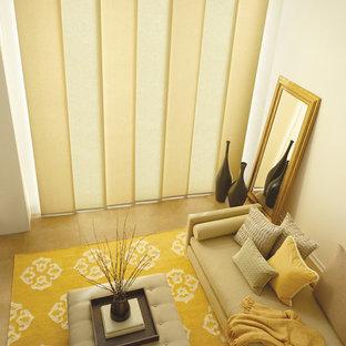 マイアミの広いコンテンポラリースタイルのおしゃれなLDK (フォーマル、ベージュの壁、セラミックタイルの床、暖炉なし、テレビなし、茶色い床) の写真