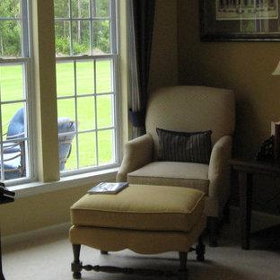 Diseño de biblioteca en casa abierta, tradicional renovada, pequeña, sin chimenea y televisor, con paredes marrones, moqueta y suelo beige