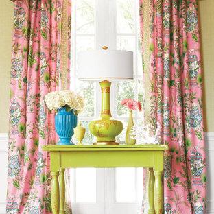 Idées déco pour un salon classique de taille moyenne et fermé avec une salle de réception, un mur vert, moquette et un sol rose.