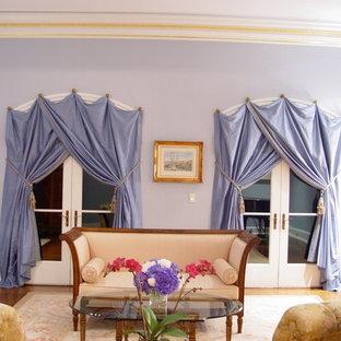 Idee per un soggiorno classico di medie dimensioni e chiuso con sala formale, pareti viola, parquet chiaro e nessun camino