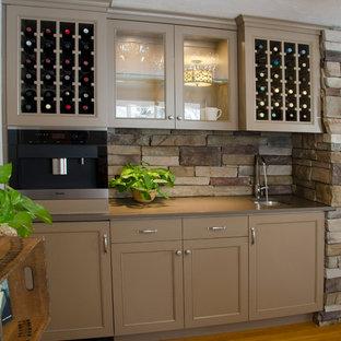 Imagen de salón con barra de bar cerrado, campestre, de tamaño medio, sin chimenea y televisor, con paredes blancas y suelo de madera en tonos medios