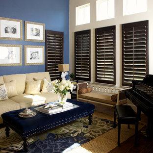 Imagen de salón con rincón musical cerrado, actual, con paredes azules
