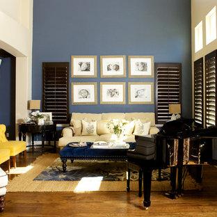 Modernes Musikzimmer mit blauer Wandfarbe und braunem Boden in San Diego